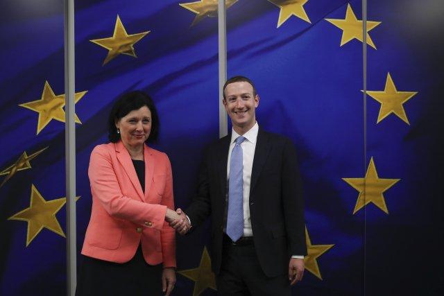 Místopředsedkyně Evropské komise Věra Jourová sšéfem Facebooku Markem Zuckerbergem. Foto:ČTK/ Francisco Seco, AP