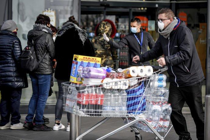 Městečko Casalpusterlengo v karanténní oblasti severní Itálie. Masky na obličeji a zásoby ve vozících. Foto: ČTK/AP