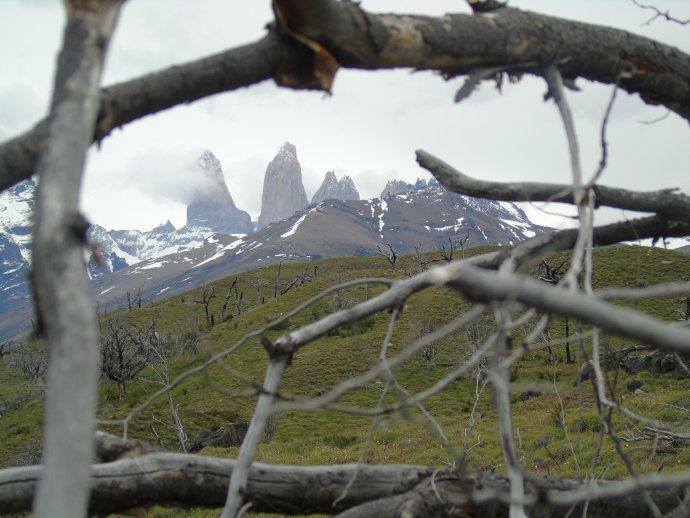 """Věže (""""torres"""") vparku Torres del Paine azbytky po požáru zroku 2005. Foto:Tomáš Nídr"""