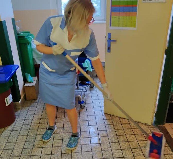 Sestra uklízí vtrutnovské nemocnici. Foto:archiv sester