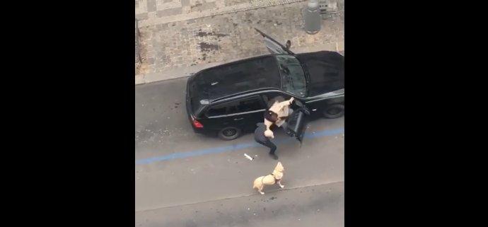 Událost zachytila mobilem na pražském Žižkově jedna ze svědkyň. Foto: Adriana Bártlová