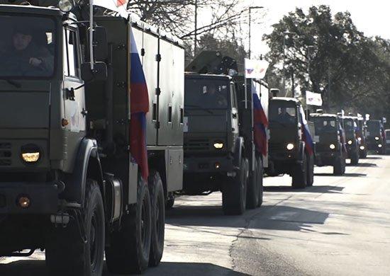 Ruský vojenský konvoj s pomocí pro strádající oblasti projíždí Itálií. Zdroj: MO RF