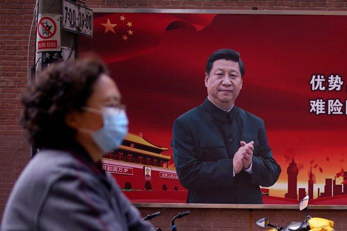 """Propagandistický plakát vŠanghaji. Čínský vůdce agenerální tajemník Komunistické strany Číny Si Ťin-pching tleská čínské """"bitvě sepidemií"""". Propaganda tleská Si Ťin-pchingovi. Foto:Aly Song, Reuters"""