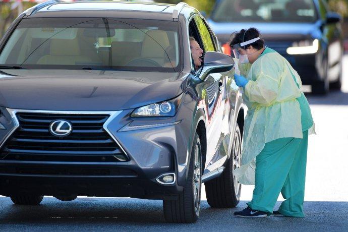 Hromadné arychlé testování na koronavirus: zdravotnice odebírá výtěr ženě vautě ve floridském Jacksonville, kam se v srpnu mají sjet republikáni nominovat Trumpa na prezidenta. Foto:Bob Self, Florida Times-Union via Reuters