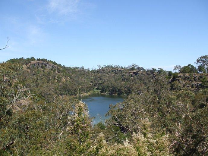 Budj Bim v jihovýchodní Austrálii. Krajina skoro jak u nás. Foto: Dhx1, Wikimedia Commons