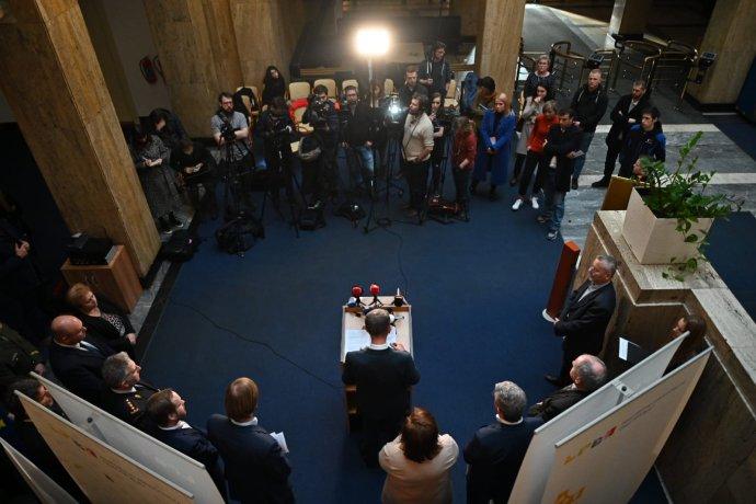 Tisková konference po sobotním jednání oopatřeních proti rozšíření koronaviru, na němž chyběli zástupci ČSSD. Foto:Twitter Karla Havlíčka