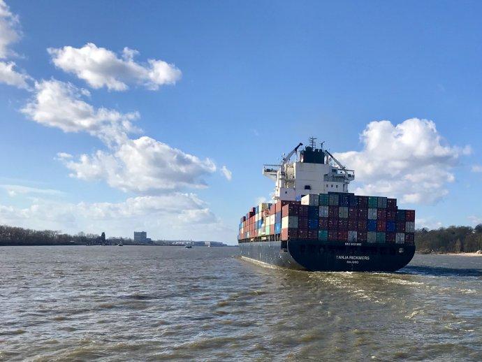 Mezi Českem a hamburským přístavem proudí ročně na 450 tisíc kontejnerů. Foto: Pavel Polák, Deník N