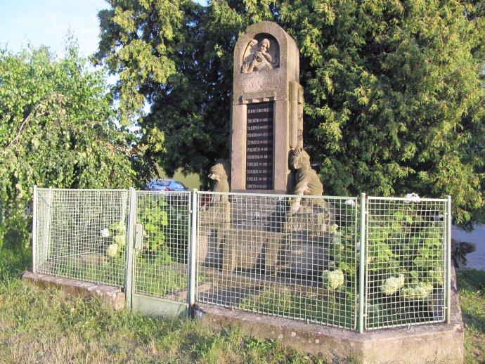 Vtéměř každém českém, moravském aslezském městečku či vesnici najdeme pomník se jmény padlých během první světové války (Bučovice, okres Vyškov). Foto:palickap, Wikimedia Commons (CC BY 3.0)
