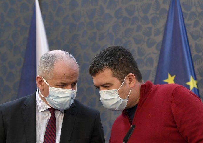 Tři dny, osobní pohovory, data od operátorů, karanténa adezinfekce. Tak vypadal vkostce plán Romana Prymuly (vlevo) na zavedení chytré karantény. Foto:ČTK