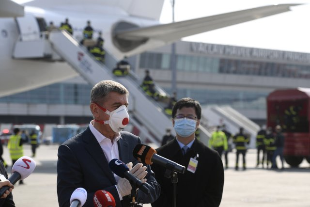 Premiér Andrej Babiš sčínským velvyslancem vítají letoun sčínskými zdravotnickými potřebami. Foto:ČTK