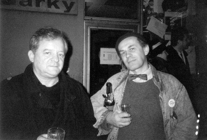 Milan Nápravník aStanislav Dvorský vporevoluční euforii. Foto:archiv rodiny Dvorských