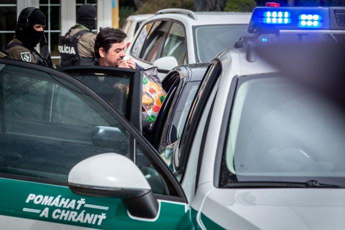 Policie převáží Mariana Kočnera. Foto:Tomáš Benedikovič, DenníkN