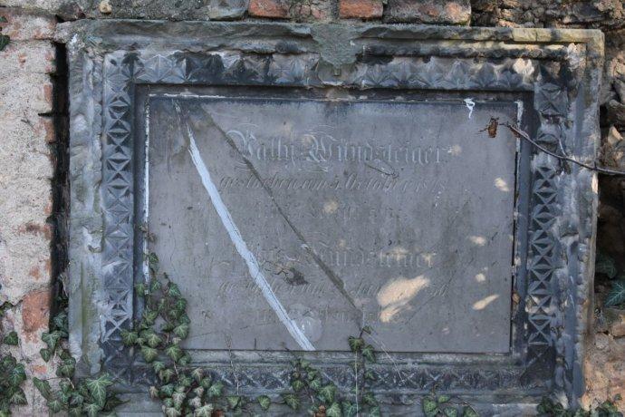 Náhrobní deska ve zdi bývalého bubenečského hřbitova. Foto: Michael Švec, Deník N