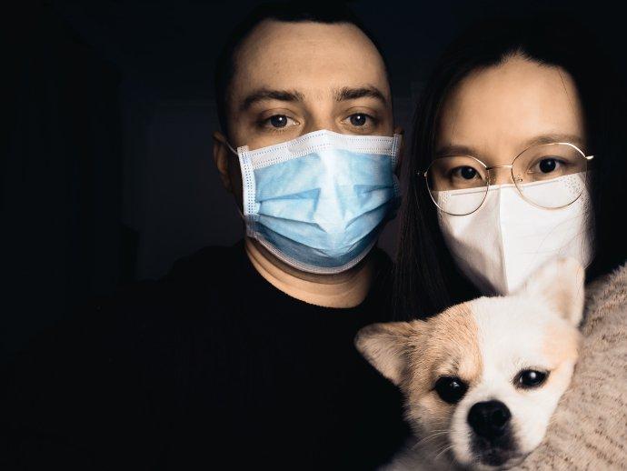 """Jak se teď žije v Šanghaji? """"Většinu času zůstáváme doma, ven moc nechodíme. Smí se to, ale obecně jsou tu lidé opatrní,"""" říká Pavel Dvořák. Na snímku s manželkou a jejich psem. Foto: Pavel Dvořák, Cesty Čínou"""