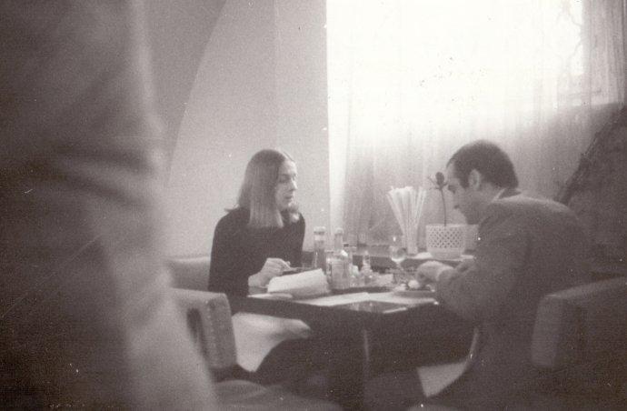 Richard Dearlove na večeři smanželkou vrestauraci ULabutě. Foto:Archiv bezpečnostních složek, fond Správa sledování SNB
