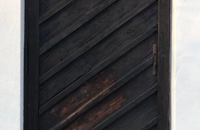 Barva se vpíjela do dřeva, slunce mě hřálo vzátylku, voněla tráva azpívali ptáci ajá po strašně dlouhé době vůbec nic nemusel… Foto:Ján Simkanič, DeníkN