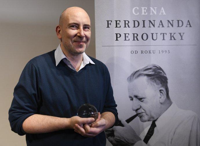 Publicista, spisovatel a scenárista Ondřej Štindl s novinářskou Cenou Ferdinanda Peroutky za rok 2019. Foto: ČTK