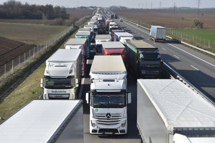 Fronty kamionů čekajících na příjezdu khranicím jako varování před budoucími ekonomickými problémy sjednocené Evropy (dálnice D2 uBřeclavi směrem na hraniční přechod se Slovenskem LanžhotBrodské, 18.března 2020). Foto:ČTK