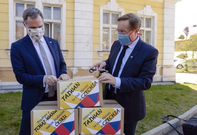 Pražský primátor Zdeněk Hřib (vlevo) předal 8.dubna 2020řediteli Fakultní nemocnici Královské Vinohrady Petru Arenbergerovi tři plicní ventilátory, které jsou součástí daru zTchaj-wanu. Foto:ČTK