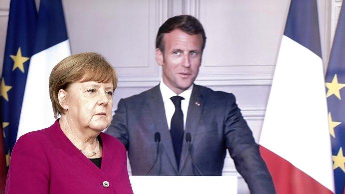 """""""Živá"""" německá kancléřka Angela Merkelová a""""televizní verze"""" francouzského prezidenta Emmanuela Macrona při tiskové konferenci po jednání oekonomickém stimulu Evropské unii vBerlíně aPaříži 18.května. Foto:Kay Nietfeld / Pool via Reuters"""