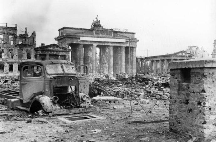 Braniborská brána aPařížské náměstí vcentru Berlína po skončení druhé světové války, na začátku června 1945. Foto:Carl Weinrother, Bundesarchiv