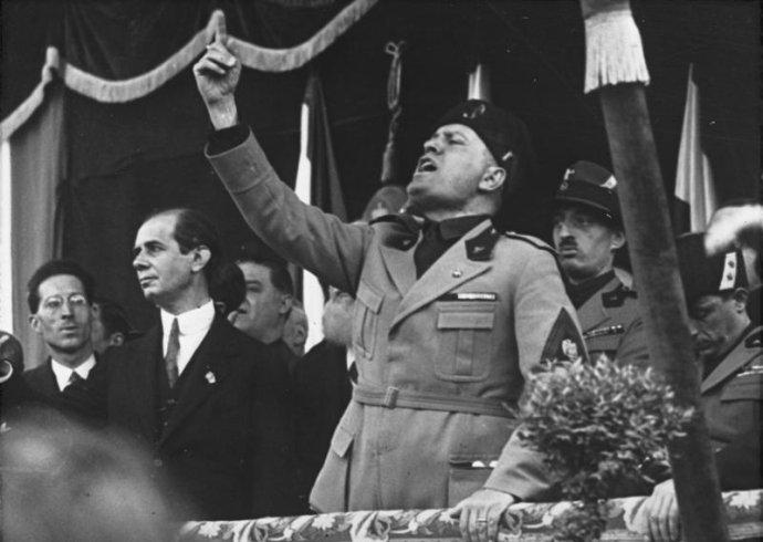 Směs socialismu, nacionalismu anostalgie po údajně harmonické minulosti stvořila italský fašismus iněmecký nacismus. Foto:Bundesarchiv, Wikimedia Commons, CC-BY-SA 3.0