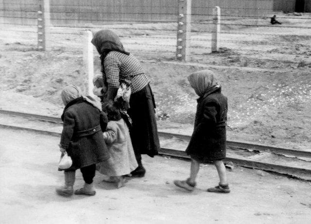 Rodina zPodkarpatské Rusi ve vyhlazovacím táboře Osvětim. Foto:ČTK/AP aJad vašem