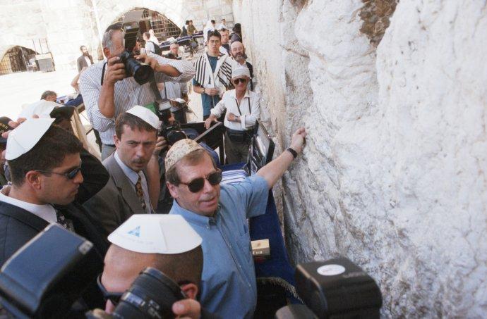 Prezident Václav Havel se během prohlídky jeruzalémského Starého města v roce 1997 zastavil u Zdi nářků, nejuctívanějšího posvátného místa židovského náboženství. Foto: ČTK