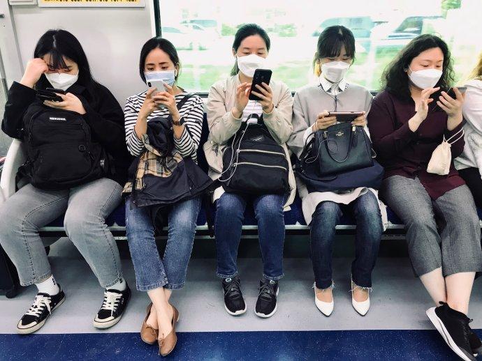Typický obrázek ze soulské veřejné dopravy. Foto: Markéta Balková, Deník N