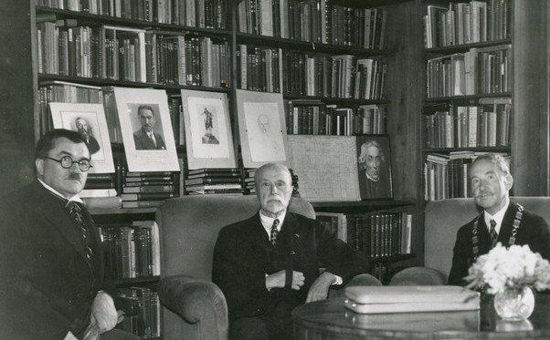 Karel Engliš, tehdy guvernér Národní banky (vlevo), společně sprezidentem T.G.Masarykem arektorem Janem Krejčím vroce 1935. Foto:archiv Pavla Lhoty arodiny Karla Engliše