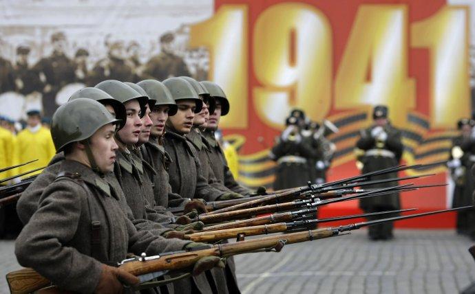 Při vojenských přehlídkách pochodují po moskevském Rudém náměstí vojáci vdobových uniformách zdruhé světové války. Mají podpořit mýtus Ruska jako země vítězství. Foto:ČTK/AP