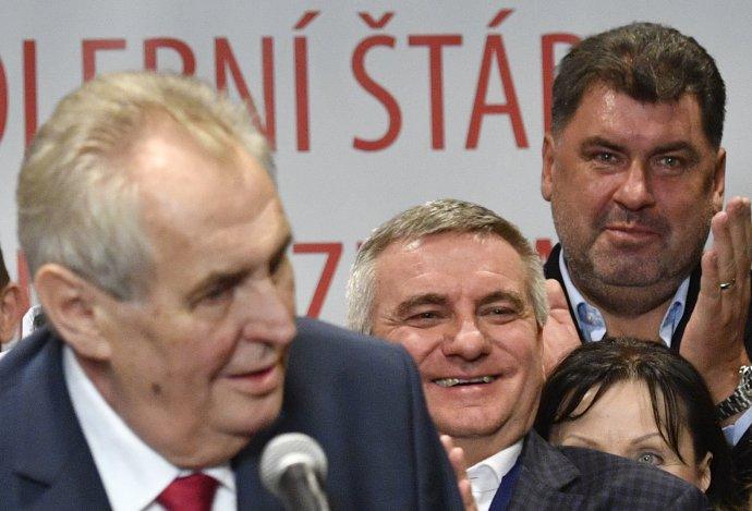 Kdo vlastně řídí kroky prezidenta Miloše Zemana? (na ilustračním snímku se svými poradci Vratislavem Mynářem a Martinem Nejedlým). Foto: ČTK