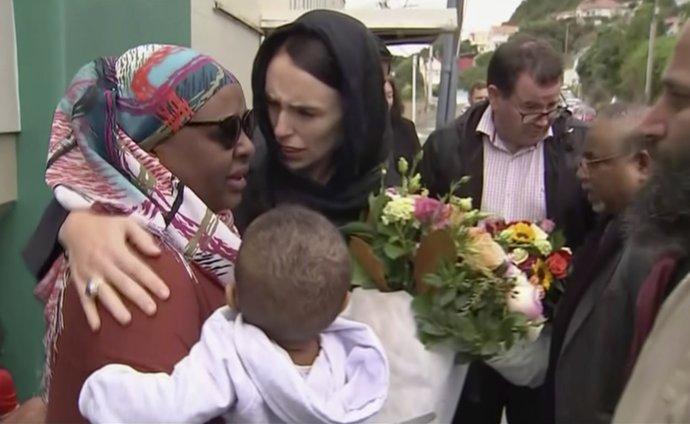 Před rokem oběhly svět snímky empatického gesta novozélandské premiérky Jacindy Ardernové při setkání spozůstalými vjedné ze dvou mešit, kde pravicový extremista vloni vbřeznu zmasakroval desítky muslimů. Foto:ČTK/ TVNZ via AP