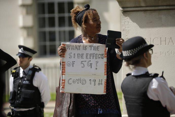 Demonstrantka vLondýně má jasno. (Na jakou síť je připojen mobil, který drží vruce?) Vědci skoro taky, ale ne na sto procent. Foto:Matt Dunham, AP/ČTK