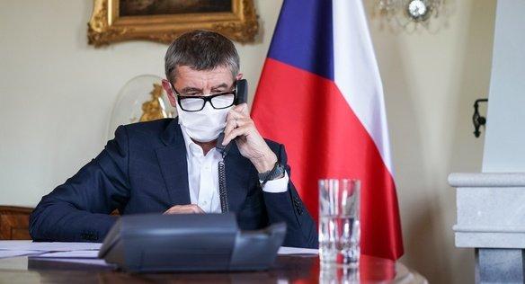 Premiér Andrej Babiš telefonuje samerickým ministrem zahraničí Mikem Pompeem. Foto:vlada.cz