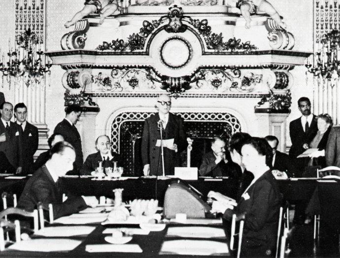 Francouzský ministr zahraničí Robert Schuman představuje 9.5. 1950vPaříži návrh na spojení zdrojů uhlí aoceli někdejších nepřátel, které by předešlo jejich příštím válkám. Jeho deklarace nebo také Schumanův plán byla základem pro založení Evropského společenství uhlí aoceli, pozdějších Evropských společenství aEU. Foto:European Communities, 1950, EC– Audiovisual Service