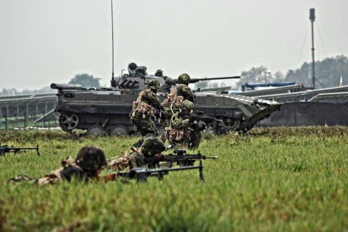 Pásová bojová vozidla pěchoty (BVP), která používá česká armáda (na snímku), jsou za hranicí životnosti. Na soudobém bojišti už nechrání. Foto: Armáda ČR