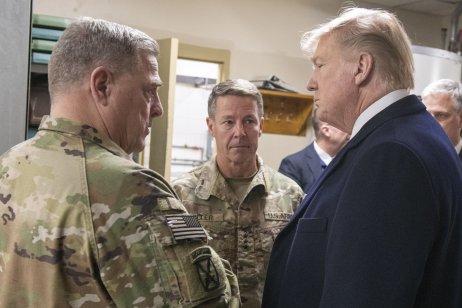 Šéf sboru náčelníků štábů Milley (úplně vlevo) aprezident Trump vAfghánistánu vroce 2019. Foto:Sbor náčelníků, JCS.mil