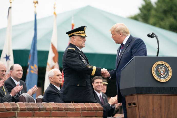 Donald Trump si Marka Milleyho do vedení sboru náčelníků štábů sám vybral. Dnes o něm mluví jako o pitomci a označuje jej za dementního a neschopného. Foto: White House