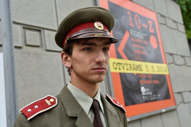 Nová multimediální expozice byla otevřena 4.května 2017 vbývalém krytu 10-Z pod hradem Špilberk vBrně. Na snímku uvstupu do bunkru je muž představující bývalého příslušníka Veřejné bezpečnosti vdobové uniformě. Foto:ČTK