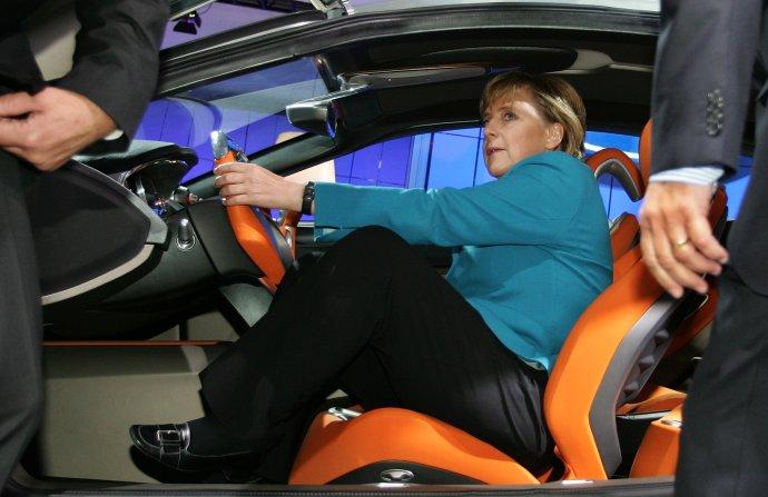 Německá kancléřka Angela Merkelová se po 13letech vrací za volant EU– kpředsednictví vRadě aurčování agendy jednání vlád EU. Takto vypadala před rokem 2007, kdy její vláda řídila schůzky ministrů Unie poprvé. Na fotce sedí ve fordu vautosalonu ve Frankfurtu vroce 2005. Foto:Vincent Kessler, AA/Reuters