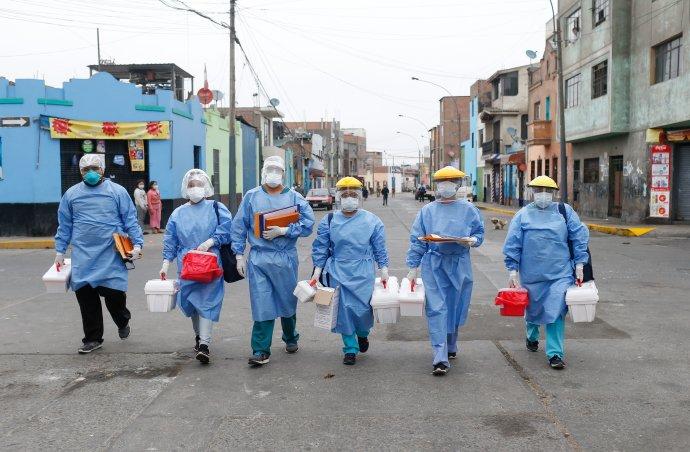 Zdravotníci při práci vjedné zchudších čtvrtí peruánské Limy včervnu 2020. Peru je druhá koronavirem nejpostiženější země Jižní Ameriky po Brazílii. Foto:peruánské ministerstvo zdravotnictví, Reuters