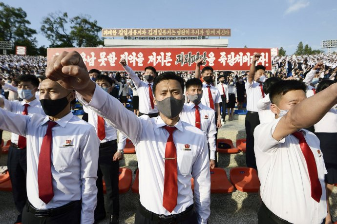 """""""Děsivý blesk udeří na hlavy nepřátel."""" Severokorejští studenti vPchjongjangu kritizují Jižní Koreu atamní aktivisty, kteří na Sever posílají protirežimní letáky (6.června 2020). Foto:Kjódó, Reuters"""