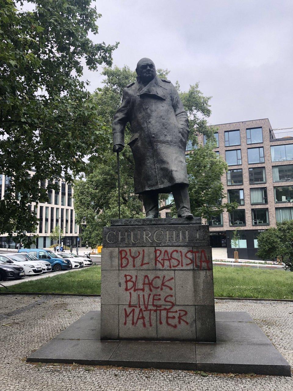 Posprejovaná socha Winstona Churchilla. Zdroj: Twitter: Jiří Ovčáček