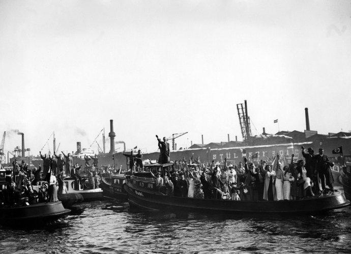 Hamburský přístav vítá příjezd Adolfa Hitlera v roce 1934. Foto: ČTK