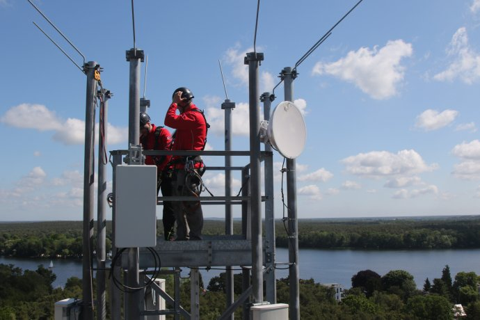Ne, montéři na anténních stožárech 5G opravdu nepracují vochranných skafandrech, jak se někdy můžete doslechnout. (Na snímku zavádění 5G vBerlíně.) Foto:ČTK