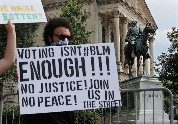 Stovky lidí demonstrovaly před budovou Capitolu vAtlantě, hlavním městě amerického státu Georgia, za odstranění jezdecké sochy generála Johna Browna Gordona, který během občanské války bojoval na straně otrokářského Jihu. Foto:ČTK/ZUMA