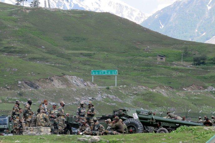 Vojáci indické armády odpočívají vedle děl vprovizorním táboře, než zamíří do Ladákhu. Foto:Stringer, Reuters