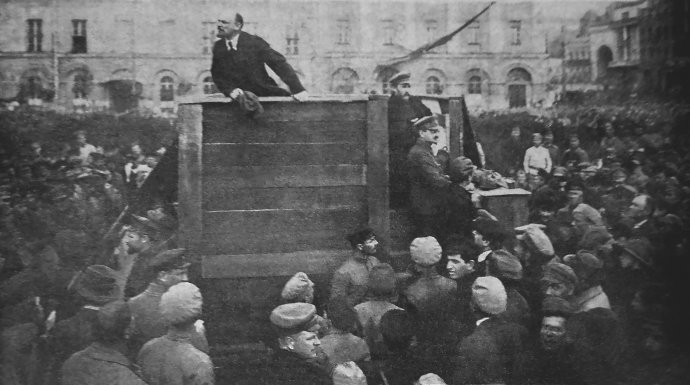 Lenin při motivačním projevu během rusko-polské války vkvětnu 1920vMoskvě. Vpravo od něj Lev Kameněv aLev Trockij. Foto:Grigorij Goldštejn