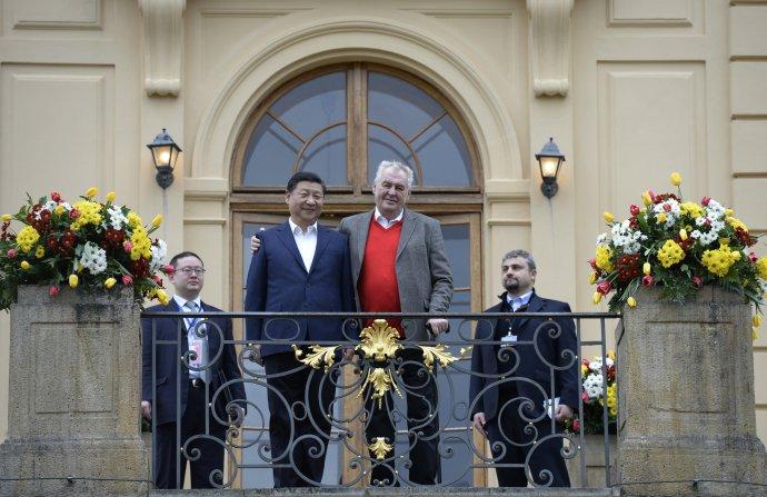 Servilita nezabrala, co zkusit něco důstojnějšího? Prezidenti Si Ťin-pching a Miloš Zeman na zámku v Lánech, březen 2016. Foto: ČTK